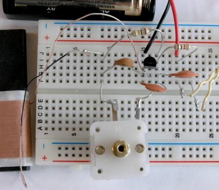 aspecto protoboard matriz contatos montagem circuito 450x391 Tutorial como utilizar a protoboard (Matriz de contatos) na prática   em 2 partes Vídeos Tutoriais Teste e medida placa de circuito impresso Microcontroladores Dicas Circuitos