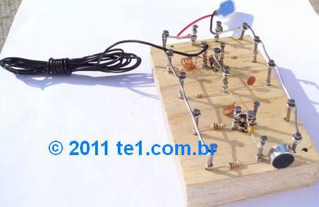 Circuito de transmissor de FM com montagem inusitada - Num pedaço de madeira usando pregos