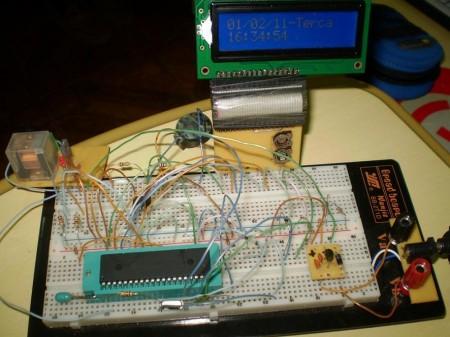 Foto da montagem protoboard 450x337 Circuito de Relógio despertador usando pic16f877a e rtc ds1307 Pic Microcontroladores Dicas Circuitos
